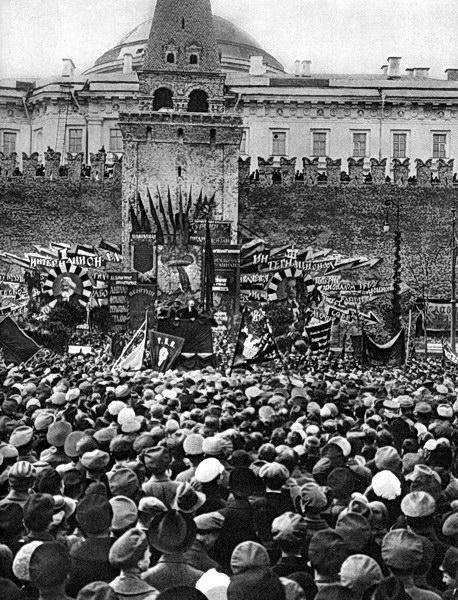 В.И.Ленин произносит речь на Красной площади